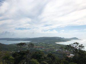 站在加世間的山丘上可以看到細長的小島兩側,右邊是太平洋,左邊是東中國海的奇景,可明顯地看到右邊的太平洋浪潮較洶湧,左邊的東中國海海面較為平靜。中間的島區是奄美大島的赤尾木社區,兩側海岸最窄的距離約步行10分鐘即可到達。由於白天太陽位置就在山丘的正前方,屬於逆光的方向,建議在中午過後或傍晚左右前往欣賞為佳,可以同時欣賞到藍天與湛藍的海洋中間夾著翠綠的島嶼。